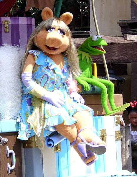 Miss-Piggy-Quotes-With-Kermit-The-Frog-Photo-by-Ross-Hawkes.jpg